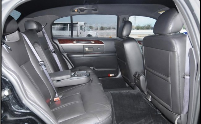 Lincoln-Town-Car-Black-2009-4-passenger-int2