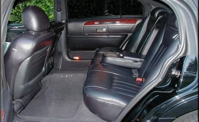 Lincoln-Town-Car-Black-2009-4-passenger-int4